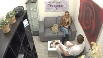 На собеседовании блондинка в очках получила длинный похотливый член