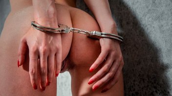 Шикарная темноволосая девушка Кайлер Куинн принимает в попку длинный пенис