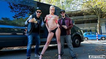 Горячая немецкая блондинка Винна Рид получает сперму на киску в машине