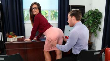 Шикарная брюнетка Келси Монро в офисе потрахалась с новым любовником