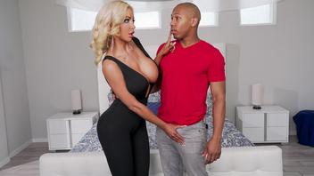 Сексуальная зрелая блондинка с большими сиськами ублажает молодого темнокожего парня