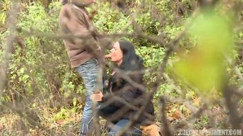 Похотливая страстная парочка решила ублажить друг друга в лесу