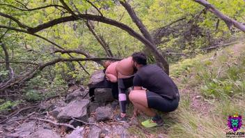 Взбираясь на самую высокую гору, чтобы съесть и трахнуть ее потную киску и большую задницу