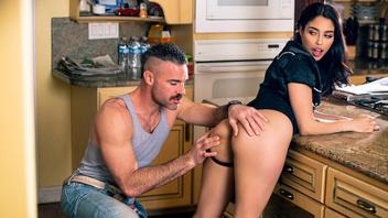 Чарльз Дера и сексуальная брюнетка Ванесса Скай занимаются страстным сексом