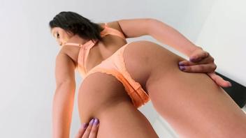 Ариана Мари показала стройное тело и потеребила возбужденную киску