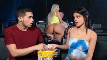 Абелла Денджер принимает в свою разработанную киску толстый член в кинотеатре
