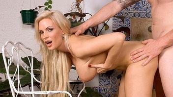 Сисястая блондинка получает кайф от длинного члена татуированного парня