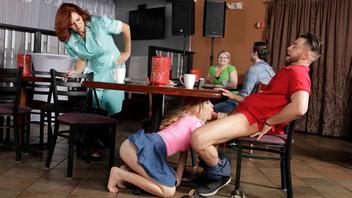 Джейн Уайлд и Энди Джеймс в кафе трахаются с молодым горячим парнем
