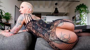 Короткостриженная татуированная блондинка Белла Беллз принимает в киску длинный пенис