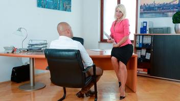 Любящая секс мамаша Тиффани Руссо сосет длинный член в офисе