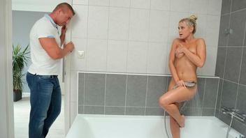 Симпатичная мадемуазель Лола Блонд трахается с мужчиной своей сестры