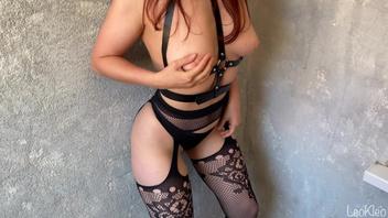 Молодая жена любит сексуальное белье, чулки и хороший секс