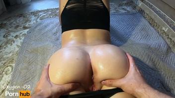 Её сочная попка напрашивалась на массаж и член