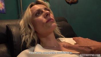 Гипнотизер развлекается с дырками зрелой блондинки