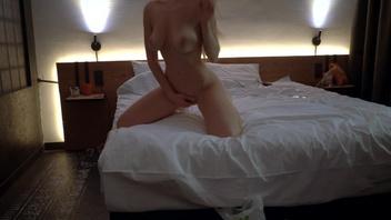 Возбужденная Лилия испытала оргазм после вечеринки