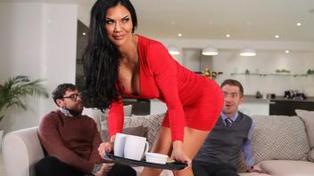 Пока муженек смотрит спортивные передачи в соседней комнате, его роскошная жена трахается с его лучшим другом в спальне