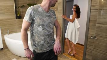 Возбужденная брюнетка Катрин Текила соблазняет парня