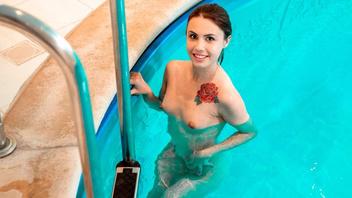 Сексуальная малышка Элли Роуз расслабляется в крытом бассейне