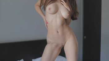 Молодая красотка с красивым телом в одних кроссовках занимается сексом на большой кровати