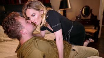 Молодой студент романтично трахает киску горячей преподавательницы философии в номере отеля