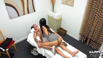 Брюнетка в очках раскрутила парня на красивый секс во влажное влагалище добив его дрочкой до спермы