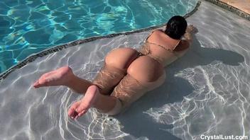 Секс от первого лица с фигуристой брюнеткой в бассейне