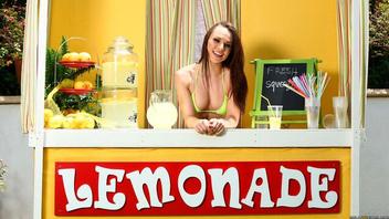 Продает лимонад и попутно шалит с пацаном, Аидра Фокс (Aidra Fox)