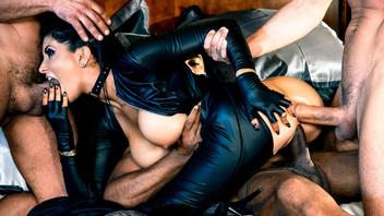 Мамашу Роми Рейн (Romi Rain)  самцы делят на троих