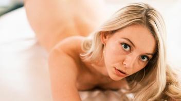 Бородач лижет своей блондинке и  мощно ее жарит