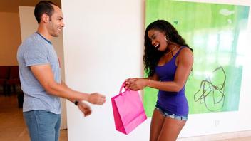 Она ему благодарна и хочет ебаться, член для негритянки