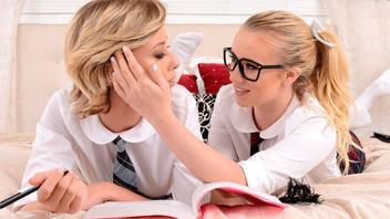 Блондинки  лесбиянки лижут и ласкают  дырочки