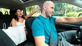 Соблазняет водителя чтобы с ним трахнуться,  Серена Сантос (Serena Santos)