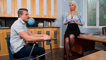 Училка  зрелка с большими дойками разводит студента на  еблю