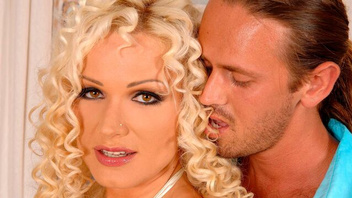 Блондинистая  сисястая зрелка Шарон Пинк (Sharon Pink) в мощном  сексе