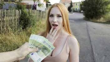 Платит рыженькой за секс