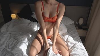 На кровати ебется со своей телкой