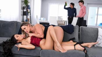 Телочки  лесбиянки вдвоем резвятся