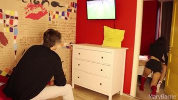 Кто-то  смотрит футбол, а кто-то трахается