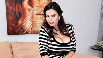 Грудастая  Аманда (Talia Amanda) играется с большими  сиськами