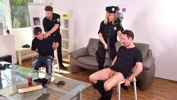 Полицейские хотят блондинистую телочку, Черри Кисс (Cherry Kiss)
