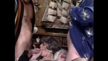 Ретро секс – одну распутную бабу мужики ебут вдвоем, члены хорошенько отрабатывают в трудовых дырках телочки