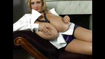 Блондинка Нелли Руно демонстрирует свои огромные прелести