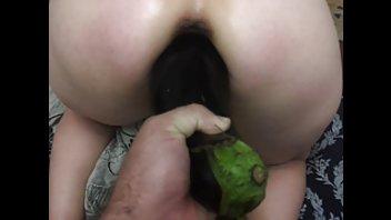 Удовлетворил жену толстым баклажаном