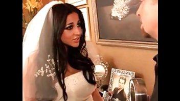 Грудастая темноволосая невеста веселится с фотографом перед свадьбой