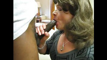 Женщина пробует черный член на вкус