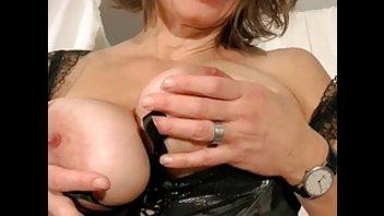 Дама в очках играет со своими большими дойками