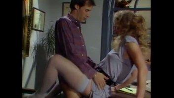 Блондинка работает секретарем и периодически расслабляется с боссом