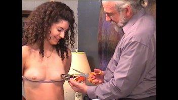 Сексуальная брюнетка с кудрявой прической принимает игры пожилого извращенца