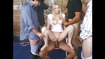 Грудастую блондинку пустили по кругу в сарае