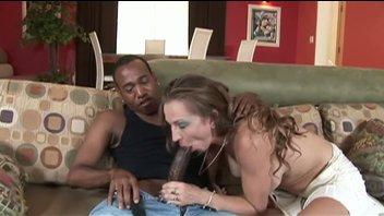 Грудастая мамаша расплачивается с черным парнем за свою невнимательность